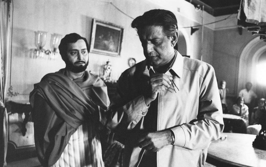 THE HOME AND THE WORLD, (aka GHARE-BAIRE), from left: Soumitra Chatterjee, writer/director Satyajit Ray, on set, 1984.