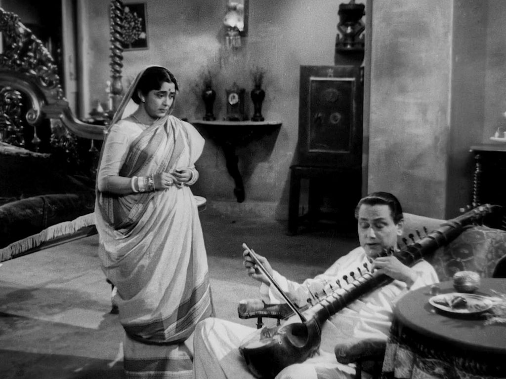 Biswambhar Roy (Chhabi Biswas) and wife (Padma Devi)