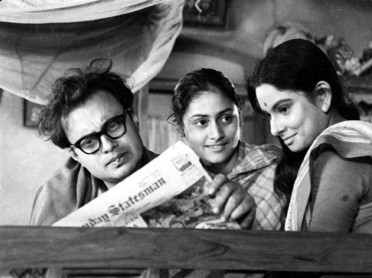 Subrata (Anil Chatterjee), his sister (Jaya Bhaduri) and Arati (Madhabi Mukherjee
