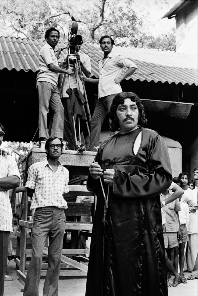 Amjad Khan at location during filming ©Nemai Ghosh