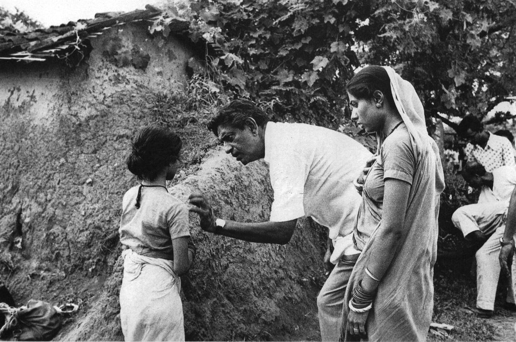 Ray explaining a scene to Richa Mishra (Dhania) while Smita Patil (Jhuria) looks on ©Nemai Ghosh