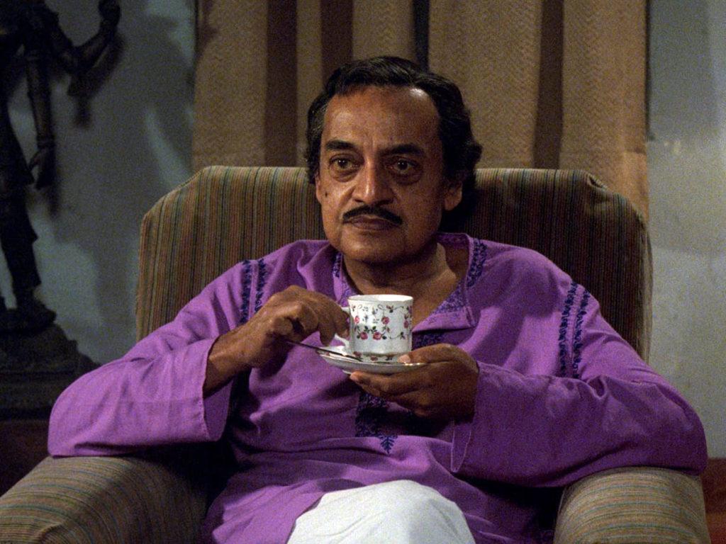 Manomohan Mitra (Utpal Dutt)