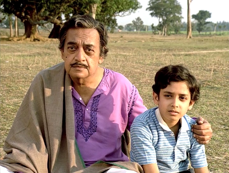 Manomohan Mitra (Utpal Dutt) and Anila's son