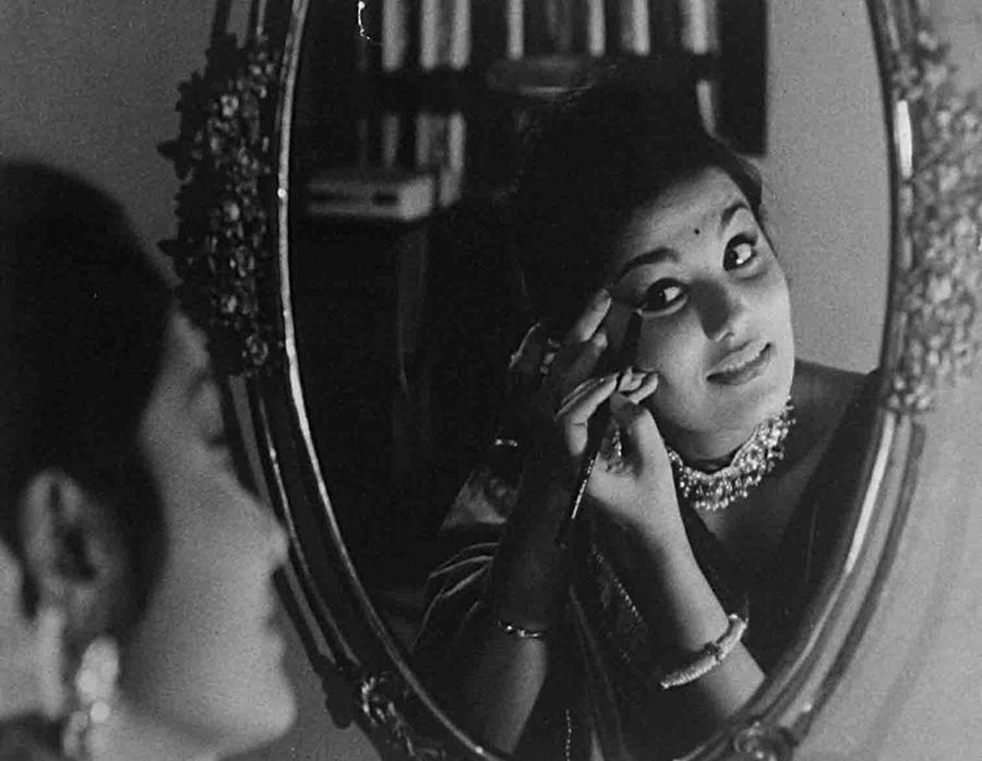 Dolan, Shyamal's wife (Parumita Chowdhury)